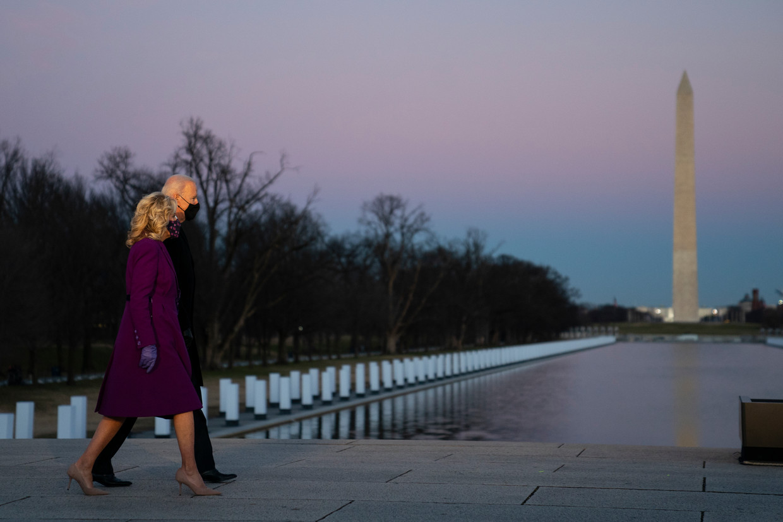 Bijna first lady en president: Jill en Joe Biden in Washington, de avond voor de inauguratie. Beeld AP