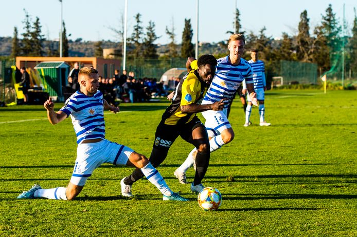 Nouha Dicko tijdens het trainingskamp van Vitesse in Portugal in actie tegen MSV Duisburg.