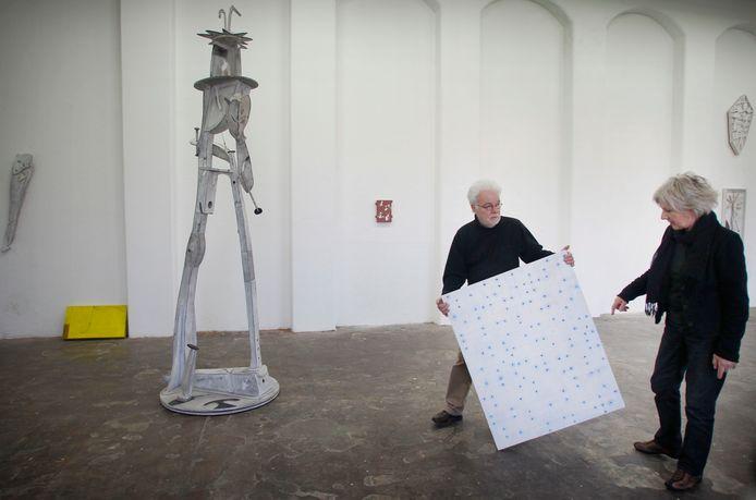 Johan Claassen en Dorien Melis bezig met het inrichten van hun gezamenlijke tentoonstelling in de Cacaofabriek.
