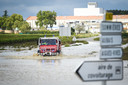 De brandweer rijdt een overstroomde straten in het Franse departement Gard in.