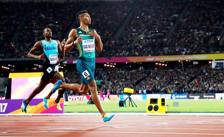 Van Niekerk was dinsdag al aan het uitbollen toen hij over de streep kwam in de finale van de 400 meter. Beeld EPA