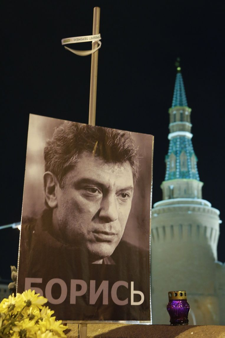 Een portret van Boris Nemtsov op de plek waar hij werd vermoord. Beeld reuters