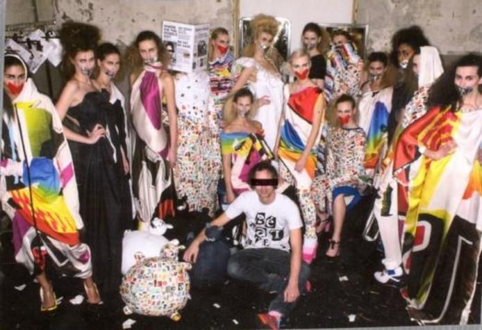 Antoine Peters (voorgrond) met de modellen die zijn collectie 'Fat people are harder to kidnap' showen. Hij stelde de collectie samen voor de Amsterdam Fashion Week. Een deel ervan is nu te zien in Vorden. Eigen foto