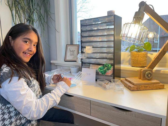 Beau Rampersad (12) maakt vanuit haar slaapkamer armbandjes. Een deel van de opbrengst doneert ze aan het goede doel.