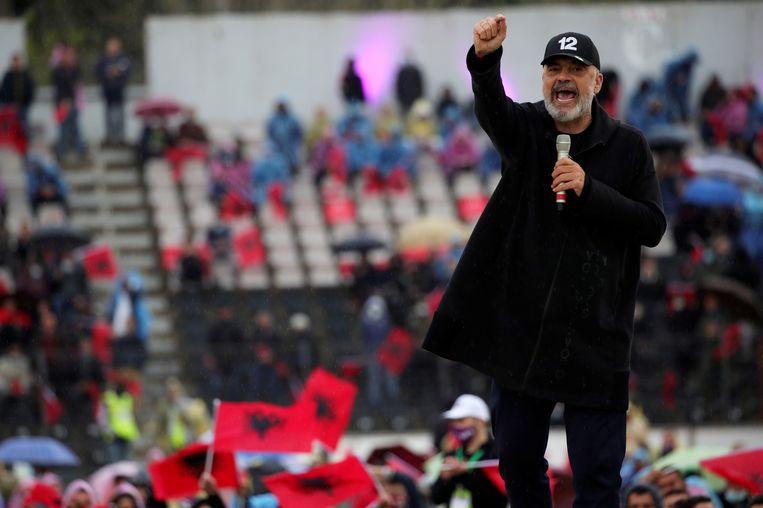 De Albanese premier Edi Rama, partijleider van de SP, houdt dinsdag in de regen een verkiezingsspeech in Elbasan.  Beeld Florion Goga / Reuters