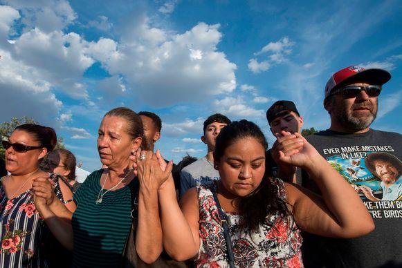 Mensen herdenken de schietpartij in El Paso. De schutter kondigde zijn bloedbad aan op internetforum 8chan.
