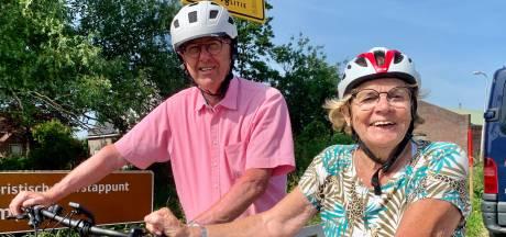 Vrouwenwielrenpionier Anneke rijdt nu kalmpjes op een elektrische fiets over de dijken