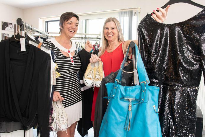 Sandra De Roeck en Anja Van De Kerckhove tussen de kledij die verkocht zal worden in The Empty Shop.