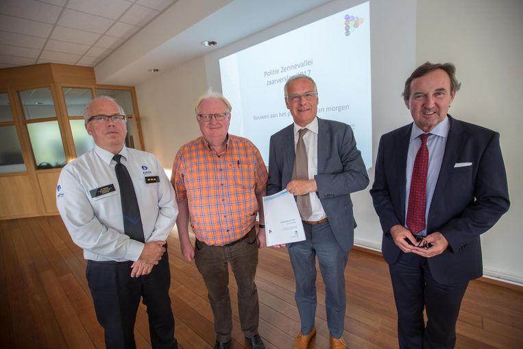 V.l.n.r. korpschef politiezone Zennevallei Mark Crispel, burgemeester Hugo Vandaele (CD&V) van Beersel, burgemeester Luc Deconinck (N-VA) van Sint-Pieters-Leeuw en burgemeester Dirk Pieters (CD&V) van Halle.