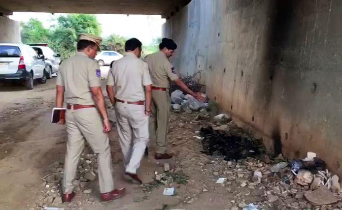 Agenten onderzoeken de plaats waar het stoffelijke overschot van het slachtoffer werd aangetroffen.