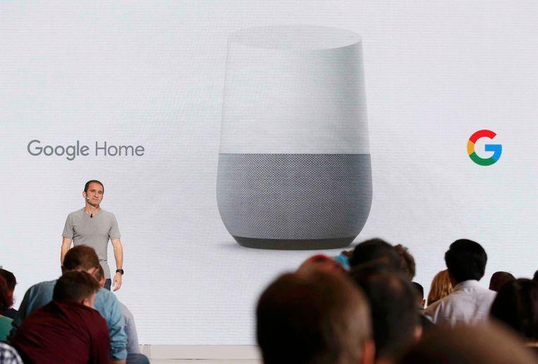 Met de Google Home heeft ook Google een slimme assistent in de huiskamers staan. Beeld REUTERS