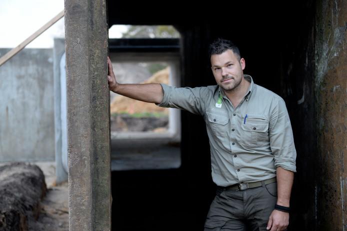 Beheerder Rick Staudt van Landschap Overijssel bij de vleermuisbunker in aanbouw.