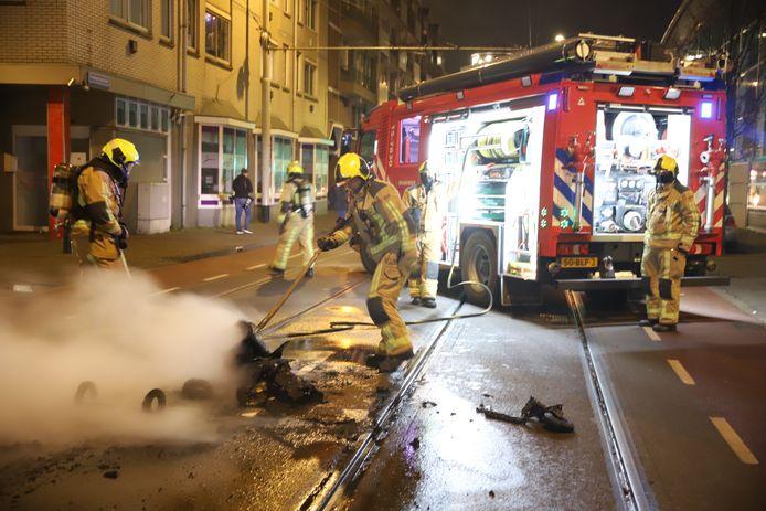 Relschoppers hebben onder meer een vuilcontainer de straat opgerold en in brand gestoken.