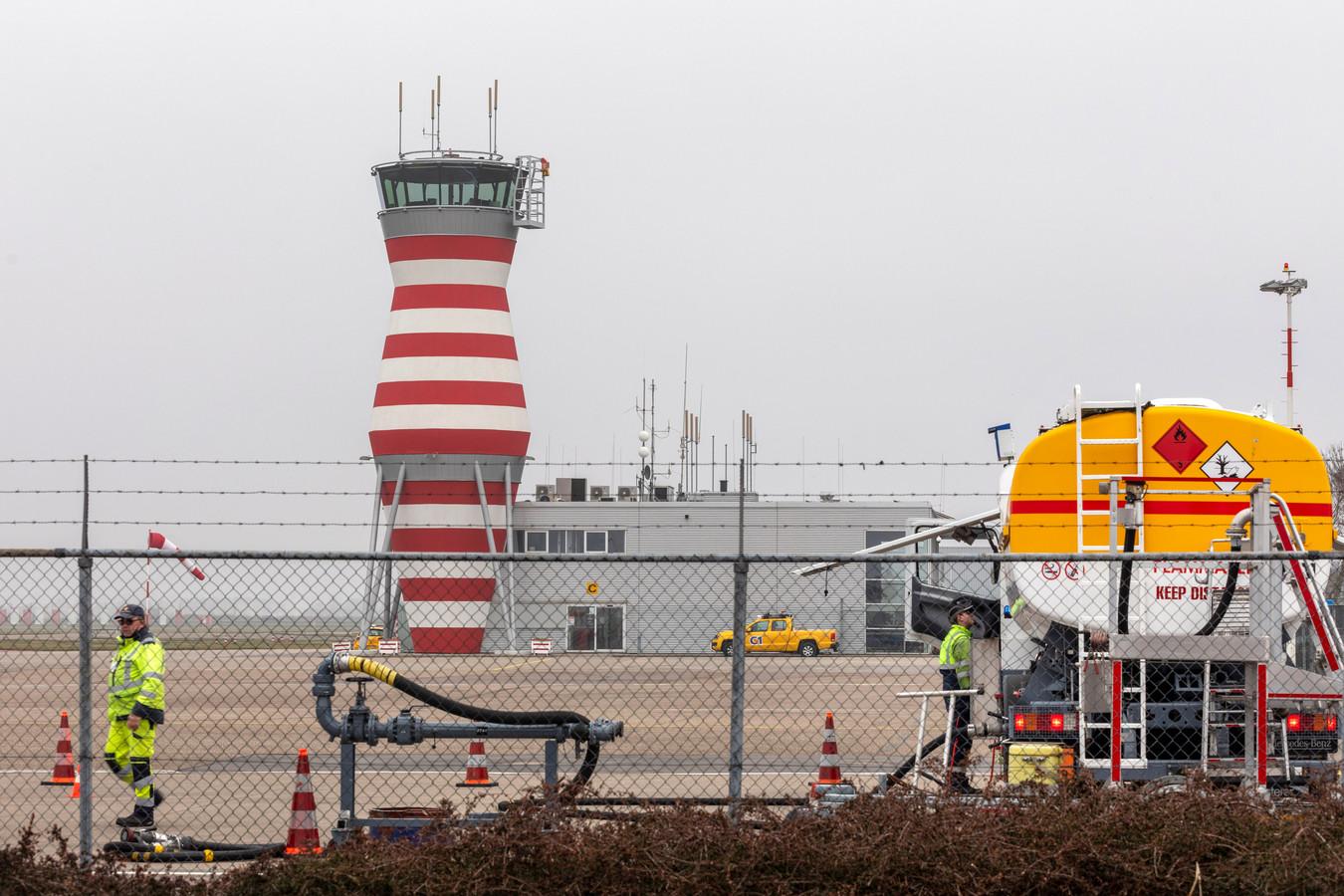 De verkeerstoren van Lelystad Airport heeft nauwelijks wat te doen.