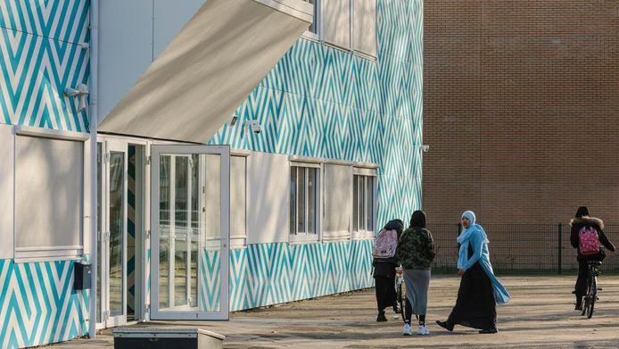 Het Cornelius Haga Lyceum, een islamitische middelbare school aan de Naritaweg in Amsterdam.