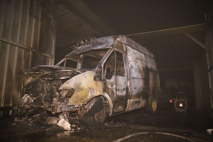 Op de Opstalweg in Naaldwijk is in de nacht van zaterdag op zondag een busje in brand gegaan.
