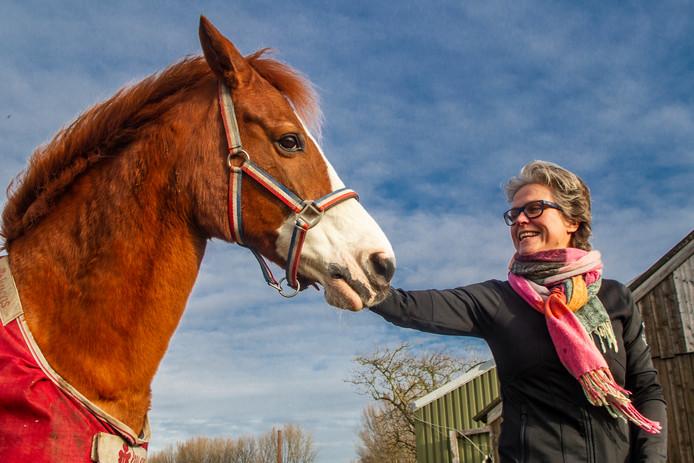Paardenmasseuse Margó Kappert in Olst is teleurgesteld dat de film over eenzame paarden voorlopig niet te maken is.