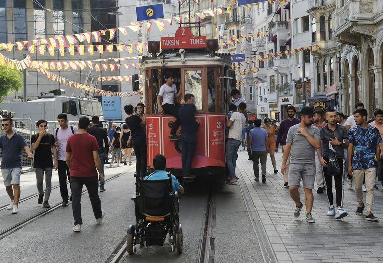 Jonge Turkse kiezers op de verkiezingsdag, 23 juni, wandelen door het Europese deel van Istanbul. Beeld Photo News