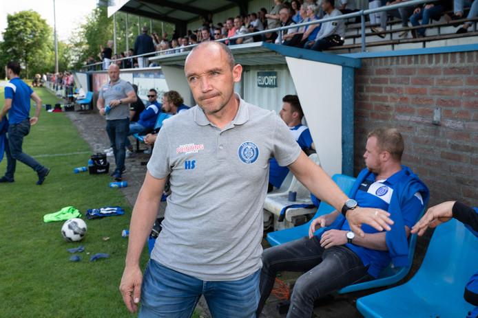 Gudok-coach Hans Staps na de nederlaag tegen DVG, op dat moment lijkt de club niet te zijn gepromoveerd.