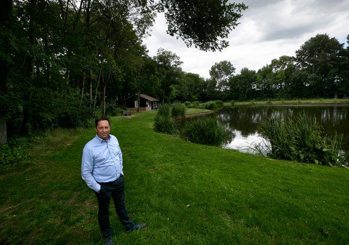 Wilbert van Beek van Hengelsportvereniging Ons Vermaak in Bergeijk bij een van de visvijvers die dreigt te verdwijnen.