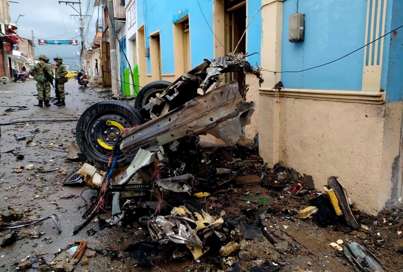 Restanten van de auto die op 27 maart ontplofte in Corinto. De legeractie van zaterdag was een reactie op de autobom.