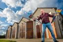 John Wagenvoort uit Wapenveld leeft van het verkopen van consumentenvuurwerk en het houden van professionele shows. Hij vreest dat er een totaalverbod komt. Dat betekent mogelijk het einde van zijn bedrijf.