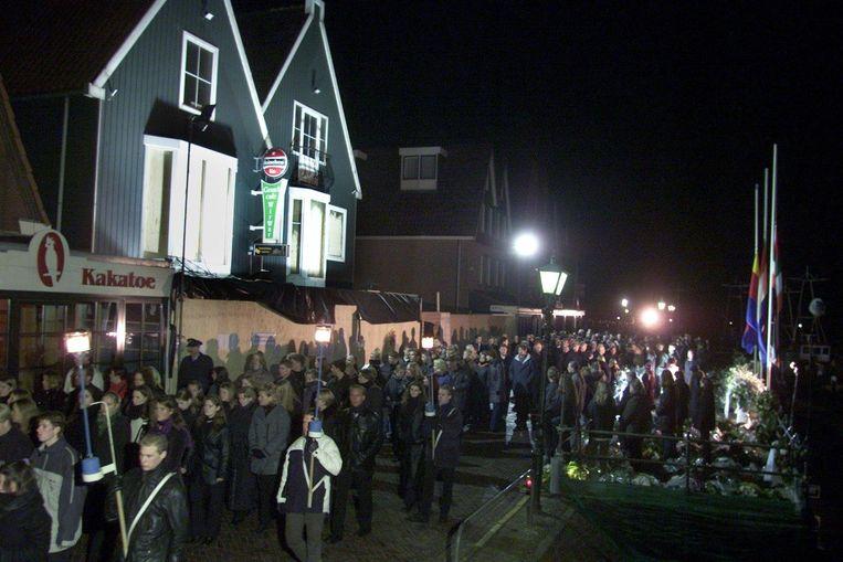 Een stille tocht voerde langs de plaats waar de brand woedde in de nieuwjaarsnacht, cafe De Hemel. Beeld Hollandse Hoogte /  ANP