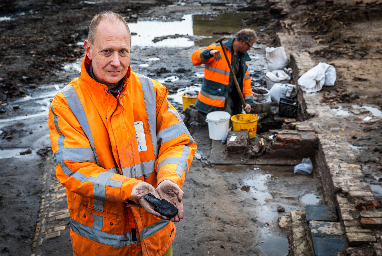 Archeoloog Jeroen Ras, hier gefotografeerd bij onderzoek in Puttershoek, is opgetogen over de ontdekking van de graven bij het Oude Raadhuis in Oud-Beijerland.