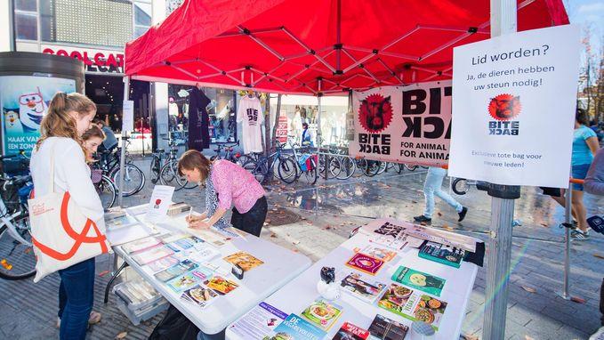 Opmerkelijke actie van Bite Back in winkelstraat De Bruul