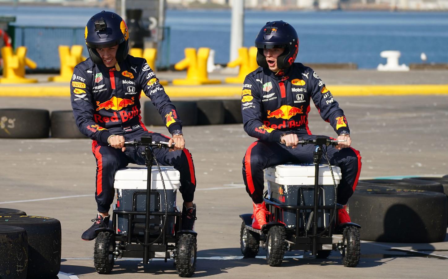 Max Verstappen en Alexander Albon rijden op een gemotoriseerde coolbox op Station Pier in Melbourne op woensdag 11 maart. Een echte race zou er dat weekend niet komen.
