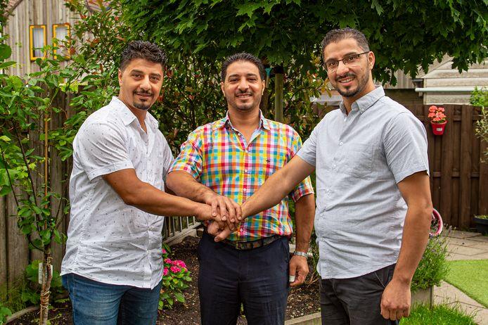 De drie broers Ataallah vluchtten met hun gezinnen uit het door oorlog verscheurde Syrië naar Nederland. Amjad (links), Mohammad (midden) en Adham wonen nu in respectievelijk Stolwijk, Haastrecht en Bergambacht en werken nu als kapper, tegelzetter en laborant in het Albert Schweitzer  ziekenhuis in Dordrecht.