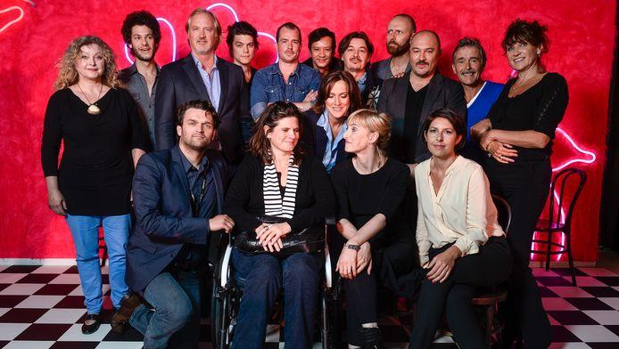 Telenet-baas John Porter met de cast en crew van 'Chaussee d'Amour'. Eerste rij rechts: hoofdrolspeelster Tiny Bertels.