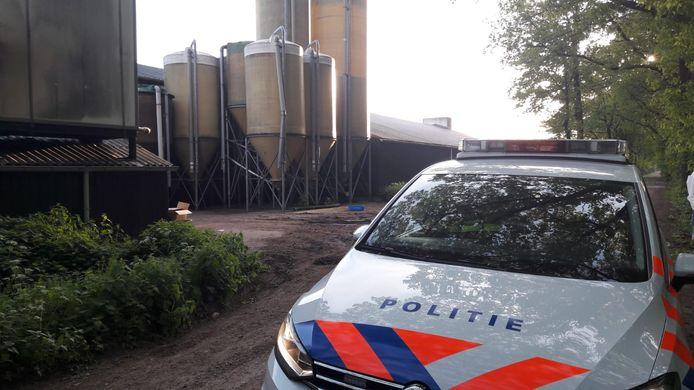 Agenten met drie politiewagens houden dinsdagochtend toezicht bij de boerderij in Boxtel.