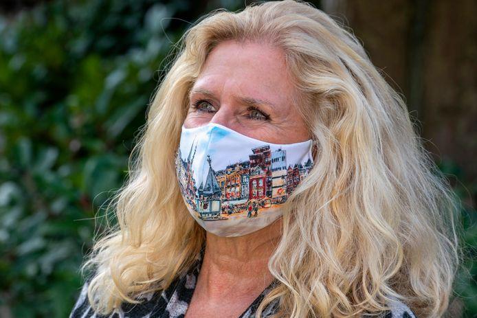 Marion Janssen-Quaadvliet met een door haar ontworpen mondkapje,.