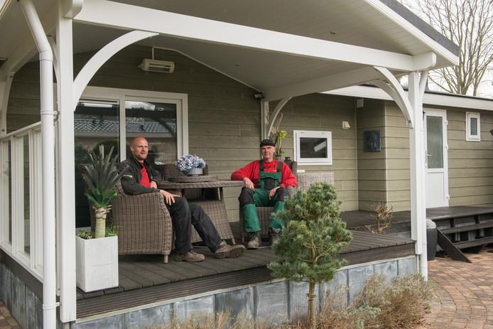Cor Wajer jr. en sr. voor een van de chalets op camping De Vuurkuil in Hulshorst.