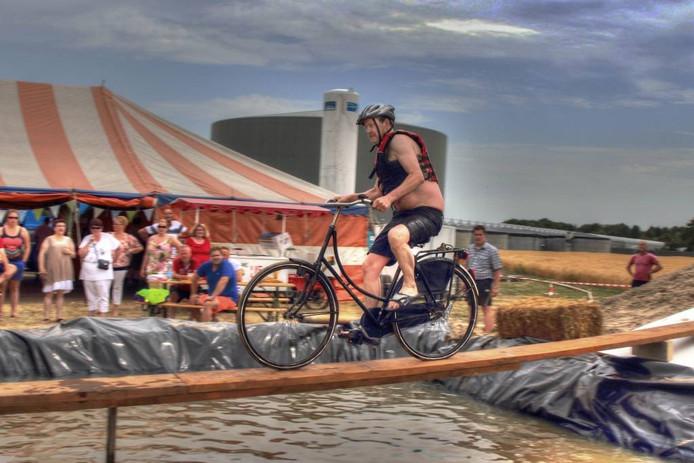 Op tv zag het er altijd zo makkelijk uit: het onderdeel 'fiets em erin' van 'Ter land, ter zee en in de lucht'. Voor de meeste deelnemers tijdens de Zomerfeesten in 2015 bleek het toch lastiger dan gedacht.