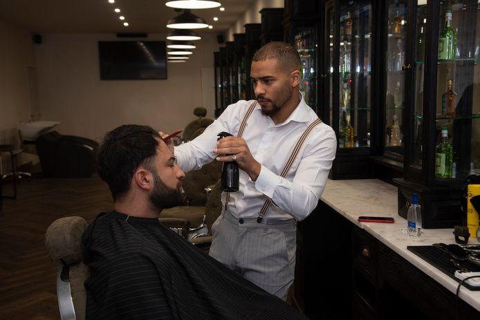 Francis aan het werk in zijn nieuwe Modern Barbershop in Melle.