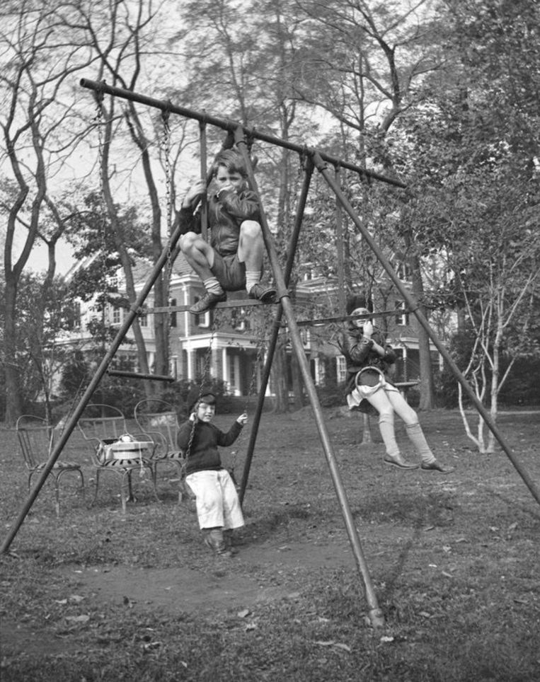 Bobby Kennedy (bovenaan), Edward M. Kennedy (links achter) en Jean Kennedy (rechts achter). Beeld AP