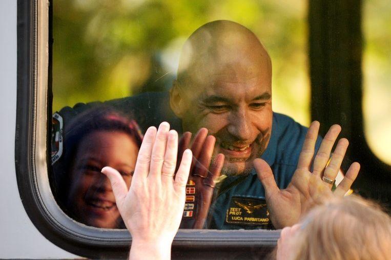 Astronaut Luca Parmitano neemt afscheid van zijn dochtertje. Beeld AFP