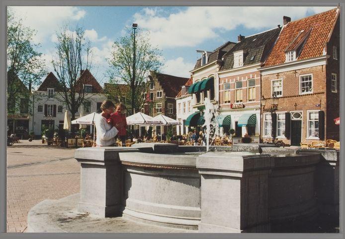 De stadsbron op de Hof in oktober 1996. Heerlijk, helder water.