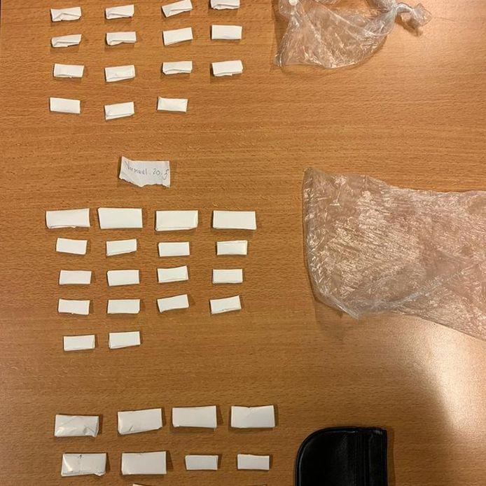Ponypacks zijn kleine envelopjes waar drugs in bewaard worden. Woensdagnacht onderschepte de politie vijftig ponypacks in Utrecht.