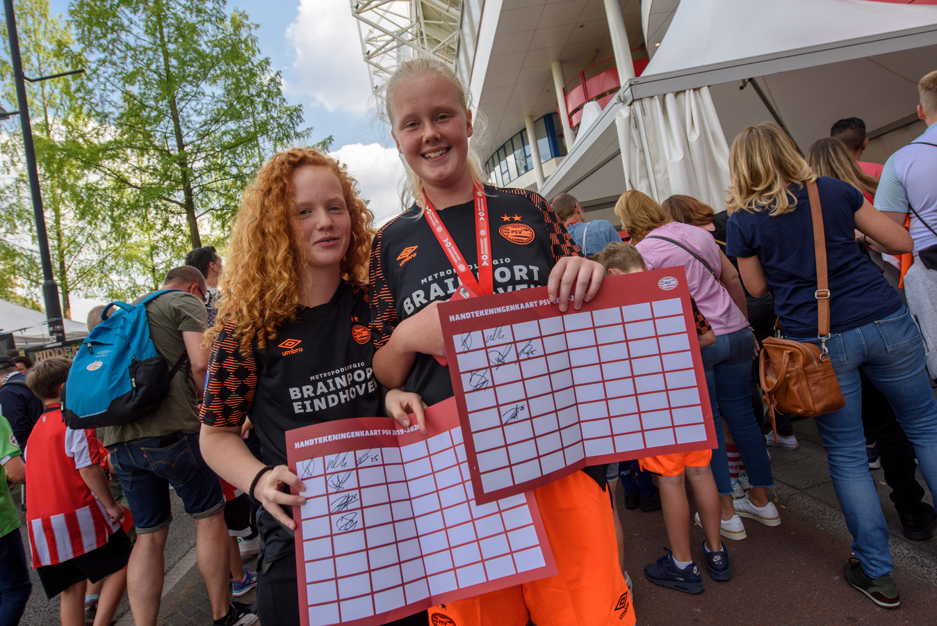 Daphne Mast (links) en Linn Scholten tonen hun handtekeningenkaarten.