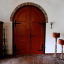De oude kerkdeuren in de woonkamer.