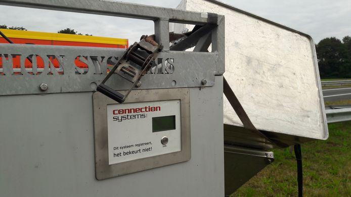 'Dit system registreert, het bekeurt niet!' staat op de camerakast aangegeven, om vernieling te voorkomen.
