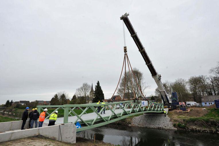 De brug verbindt het centrum van Eppegem met het station.
