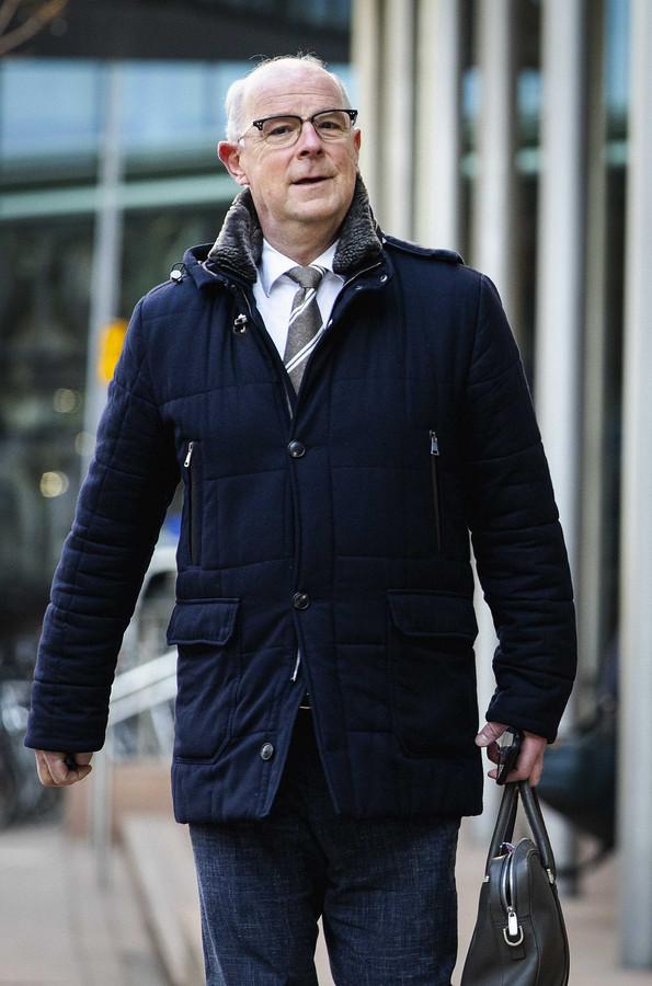 Algemeen directeur Jan Meerman van Inretail komt aan bij de rechtbank. Winkeliers proberen via de rechter heropening van hun winkels af te dwingen.