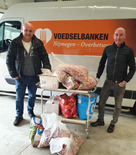 Carnavalsvereniging De Batsers geeft 400 kilo snoep van afgelaste optocht aan voedselbank