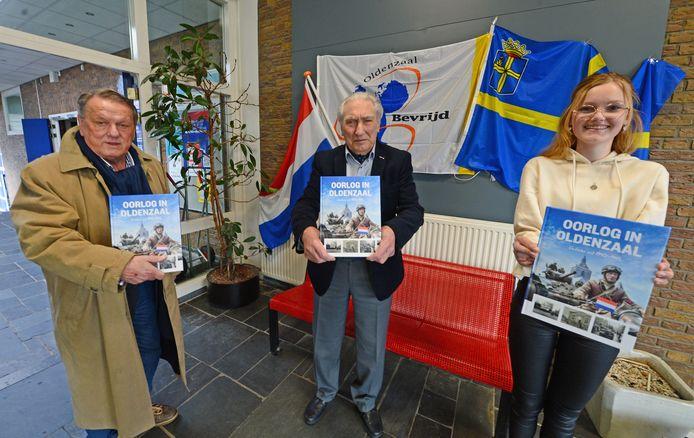 Het eerste exemplaar van het nieuwe oorlogsboek over Oldenzaal werd zaterdag in de locatie Potskampstraat van het TCC aangeboden aan de beide 'inspiratoren' Martin Meijerink (links) en Herman van der Toorn alsook Laura Kuipers.