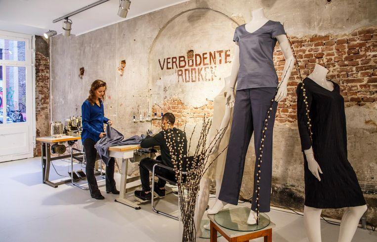 Het tweetal creëert minimalistische ontwerpen voor dameskleding, die naar voorkeur kunnen worden aangepast en uitgebreid. Beeld  Carly Wollaert