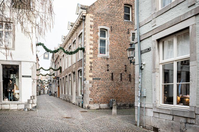 De Stokstraat is normaal gesproken een drukke Maastrichtse winkelstraat. Beeld Simon Lenskens